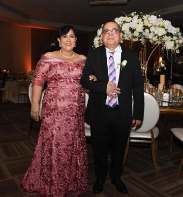Muy elegantes lucieron los padres del novio, Secundino Rivera y Lizette Ventura de Rivera