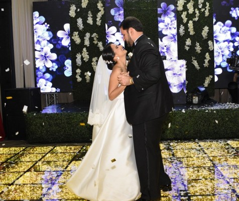Los recién casados compartieron la pista central con su primer vals como esposos al son de Caminar de tu mano en la voz de Rio Roma.