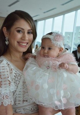 Mónica de Handal y su bebita en una imagen fascinante para Farah La Revista
