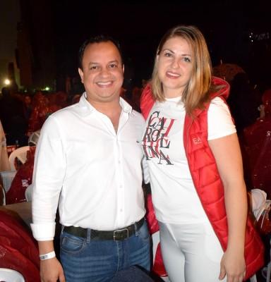 Nahúm Moreno ejecutivo de Banco de Occidente y bella esposa Sveta forman una linda pareja