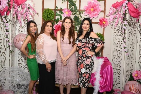Nancy de Jaar, Rosa María Kattán junto a su hija, Paola Pineda Kattán y su tía, Claudia Kattán Jordán.