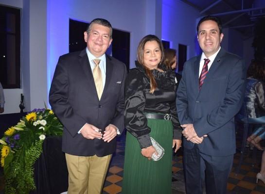 Ricardo y Blanca Mejía con Gerardo Gutiérrez.