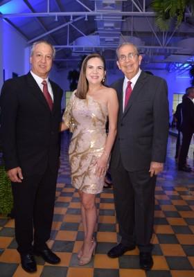 Roberto y Denia Flores Gómez con José Francisco Saybe.