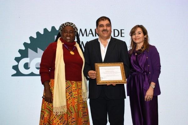 Sebastiana Arriola, en nombre de los Emprendedores Garífunas del sector Alfonso Lacayo, también subió al escenario para formar parte del merecido agasajo dedicado al empresario.