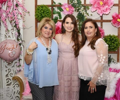 Suyapita Chiovelli, con Paola Pineda Kattán y Rosa María Kattán