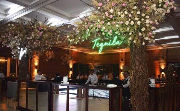 Tonalidades ivory y rosa baby, destacaron en la apuesta decorativa, armonizando el ambiente con tenues luces y románticas velas.