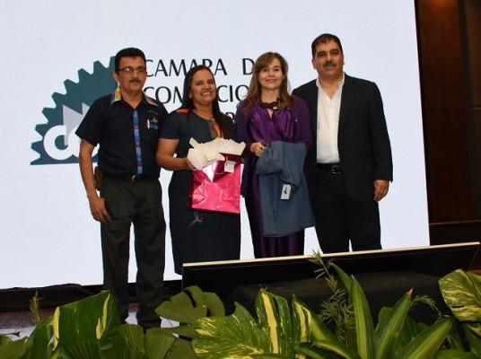 Un equipo de emprendedores del Bazar del Sábado, aprovechó la oportunidad para regalar a Jorge Faraj y su esposa Elena, obsequios producto de sus artesanías.