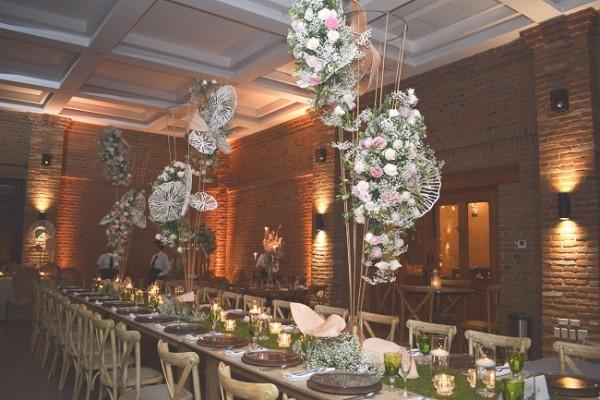 Un sobrio manto de inspiración rústica-chic, atavió los espacios del recinto durante la recepción.