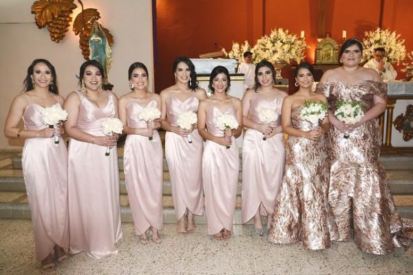 Una imagen nítida de las damas del cortejo de la novia posando para Farah La Revista