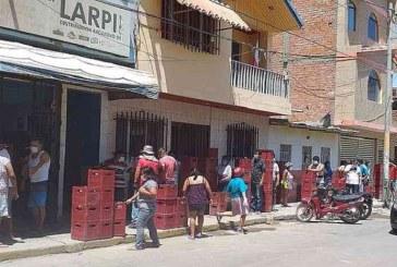 Peruanos hacen largas filas para comprar cerveza en plena cuarentena