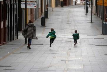Tras 44 días de estricto encierro, los niños vuelven a las calles en España