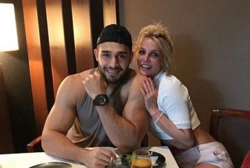 El apuesto novio de Britney Spear fue captado corriendo con una mascarilla muy extraña (+fotos)