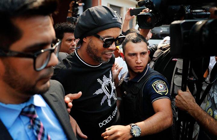Un juez de Paraguay concede prisión domiciliaria a Ronaldinho, tras cumplir un mes de cárcel