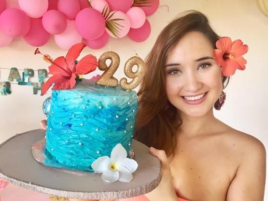 La ex reina de belleza y profesional de la medicina, Alejandra Mendoza, estuvo muy festejada con motivo de su onomástico… La Miss Honduras 2007, se mantiene más guapa que mueca.