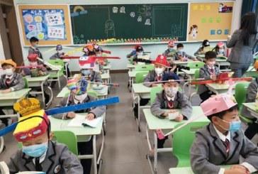 Así mantienen el distanciamiento en las escuelas de China luego que los niños retornaron a clases