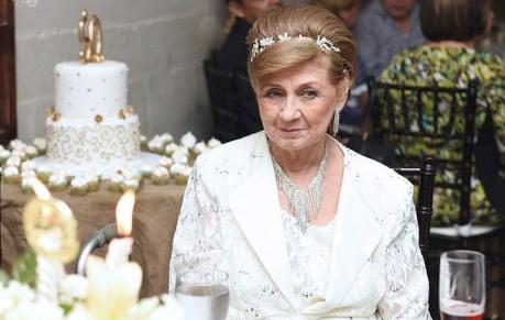Doña Bertha Nelly Pineda de Valladares cumplió 79 años. La especial dama fue sosrprendida con un íntimo festejo por su familia. Congratulaciones!!