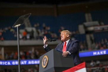 Donald Trump no logra llenar el recinto en su primer gran mitin político en meses