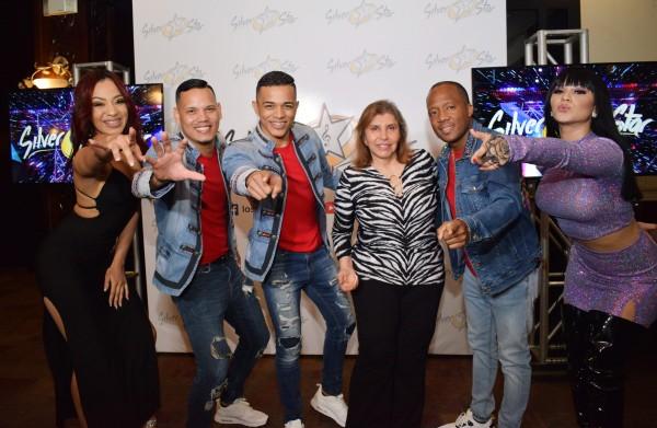 Los Silver Star junto a doña Linda Concha durante el lanzamiento del nuevo vídeo musical de la agrupación