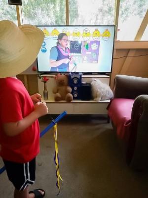Alumnos aprendiendo las lecciones diaras en televisión y radio local