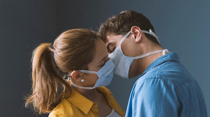 Médicos de Harvard recomiendan usar mascarillas al momento de tener relaciones sexuales
