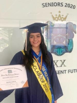 María José Rodríguez, luego de recibir su diploma académico.