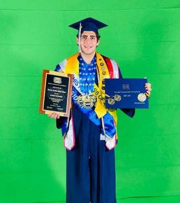 Nicolas Kafati, mientras recibía sus preciados logros estudiantiles