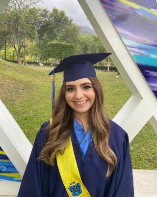 Audrey de Bruiín, lució bella durante los actos de graduación.