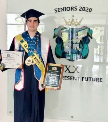 Farid Kattún, posó muy orgulloso por su logro académico
