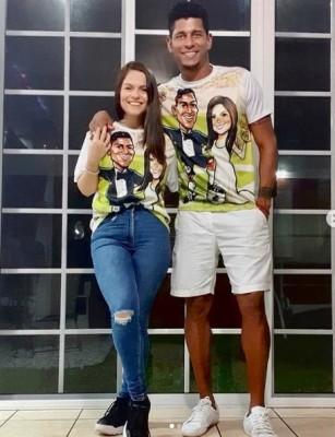Tita y Costly luciendo una original camiseta con la caricatura de los dos, las que fueron autografiadas por los invitados el día de la boda