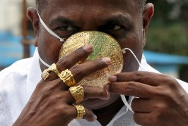 Empresario se vuelve famoso por usar mascarilla de oro para protegerse del COVID-19