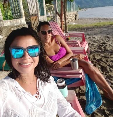 Debbie Figuero y Diana Cardona- Caraccioli, siguen disfrutando de la arena del mar