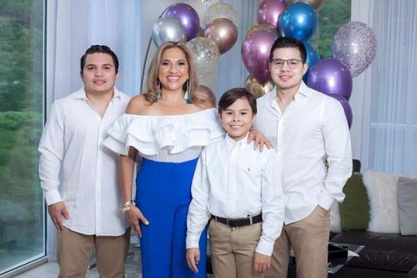 La cumpleañera con sus hijos, Edwin, Alejandro y Christian