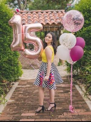 Arribó a sus 15 años la jovencita Sofía Umaña Rivas, sus padres, familiares e íntimas amistades la colmaron de felicitaciones y la agasajaron con una reunión familiar… Muchas felicidades Sofía.