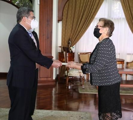 Diez nuevos embajadores presentan cartas credenciales al presidente Hernán