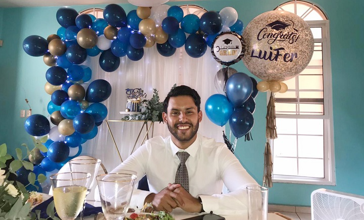 Luis Fernando Pedroza celebra su graduación