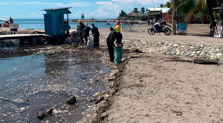 Oleadas de basura arrastrada desde Guatemala por el Río Motagua sigue impactando en playas de Omoa y Puerto Cortés