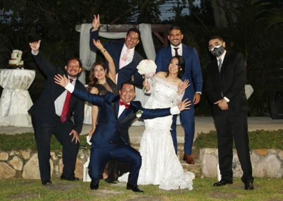 Los novios se mostraron plenamente felices junto a los selectos invitados.