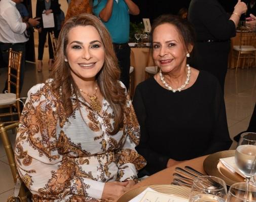 Ligia Hall con la cumpleañera Siomara Micheletti
