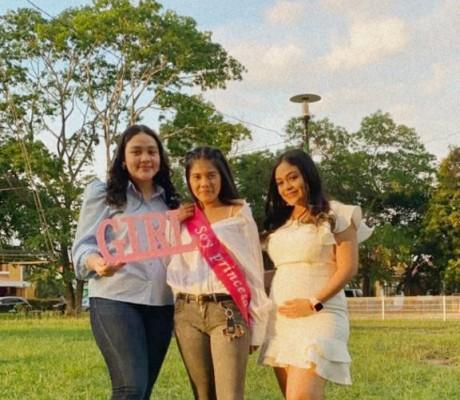 Rocío Quevedo y Kirian Bautista acompañadas de Gabriela Quevedo.