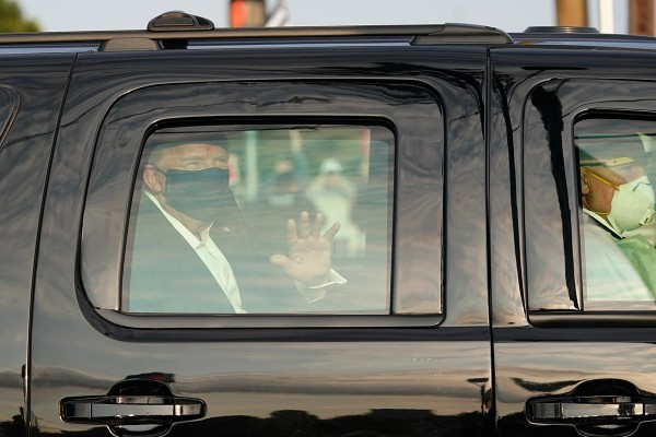 Trump sale de hospital y fue visto a bordo de un vehículo saludando a simpatizantes