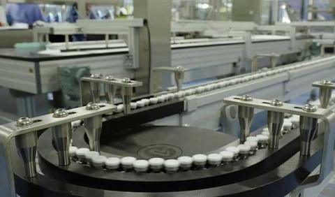 Difunde imágenes de cientos de dosis de vacunas de Pfizer contra covid-19 saliendo de fábrica