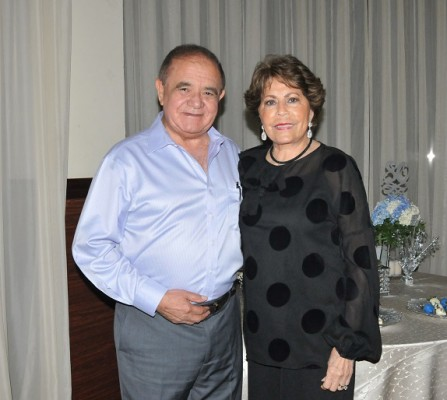 Alberto Díaz Lobo junto a su gentil esposa, doña Nena Marinakys de Díaz Lobo