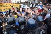 Empujones, corridas y botellazos en el ultimo adiós a Diego Maradona
