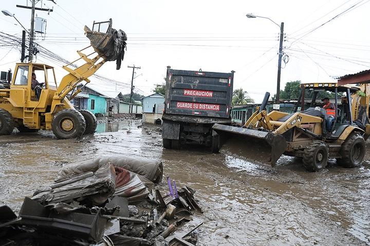 Inician jornada de limpieza en colonia Planeta donde sus habitantes perdieron todo por las inundaciones