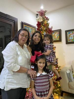 Claudia Colindres-Pineda compartiendo con su madre Carolina Cueva y sus bellas hijas