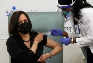 Kamala Harris recibe la vacuna anticovid, insta a sus compatriotas a confiar en la campaña de inoculación