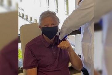 Bill Gates se vacunó contra el coronavirus y agradeció a todos los científicos