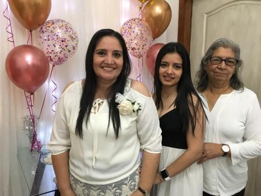 Iris e Isis Estrada con Marina Rodríguez abuela de la novia quien viajo desde Usa a la boda