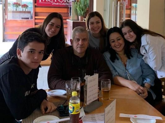 Ian y Vianka Fiallos con su familia