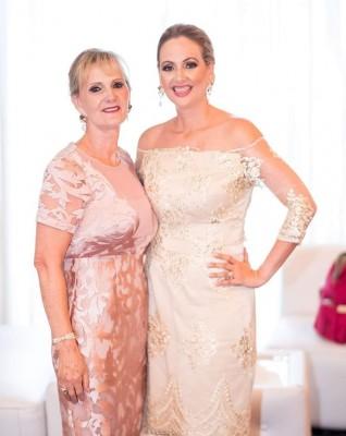Marcela Cueva con su bella madre doña Marce que estuvo muy festejada en su cumple